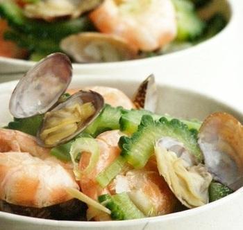 ゴーヤの苦みを楽しむ、ちょっぴり大人なスープです。魚介類が入ることで旨味が格段にアップし、味わい深い一品に。チャンプルーもいいですが、今年の夏はぜひゴーヤのスープも召し上がれ♪