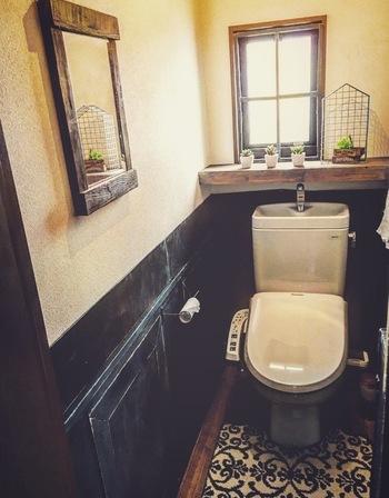 黒に色を塗ったベニヤ板を張って、お洒落なカフェ風のトイレに。居心地がとっても良さそうです。