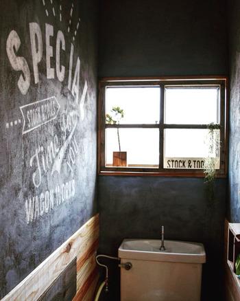 こちらもカフェ風に。黒をベースに塗った壁に、ステンシルを施しています。黒×木×少しのグリーンが男前。
