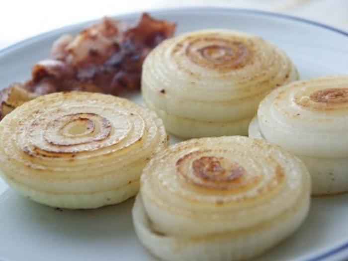 こちらはフライパンのレシピですが、ホイル焼きでもおいしくできそう。ニンニクとベーコンの香ばしさを吸わせることで玉ねぎの甘みが引き立ちます。