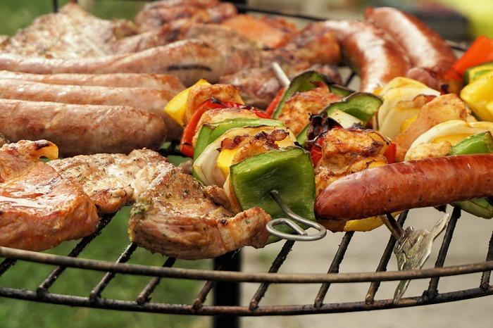アウトドア料理といえば外せないのがバーベキュー。炭火やグリルを使って「焼くだけ」のシンプルな料理ですが、だからこそ一工夫をプラスするだけで、本格的なおいしさに早変わり。
