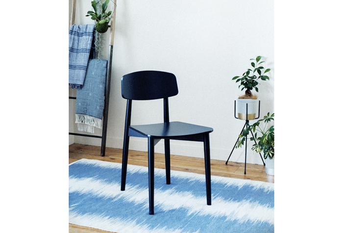 背もたれのある一人がけ用の椅子のこと。木材など硬質の素材を用いたものをいい、布地など柔らかい素材でつくられたものは、ソファになります。 肘掛がつくとアームチェア、ダイニングで使用するものをダイニングチェアと呼び、チェアのなかでもその用途によって様々な種類があります。