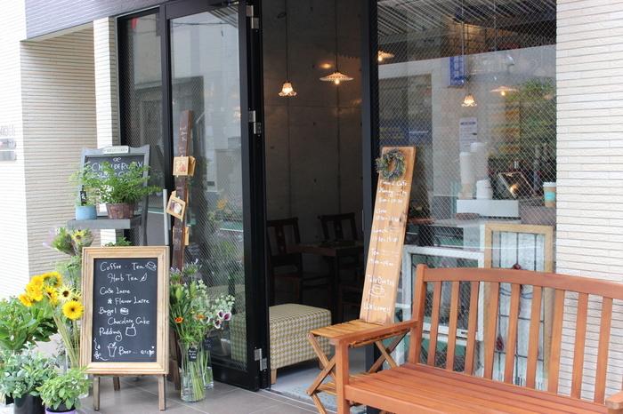 小さなお店ながらも商店街を行き交う人々がつい足を止めてしまうようなカフェ&フラワーショップ「Chou de ruban(シュー ドゥ リュバン)」。 フランス語で「蝶結び」という意味があり、「人と人、 人とモノがステキなご縁で結ばれ、 ココにしかない幸せが運ぶ」ことをコンセプトにしています。 まずは、店頭にたくさん並べられた植物たちをぜひ楽しんで。