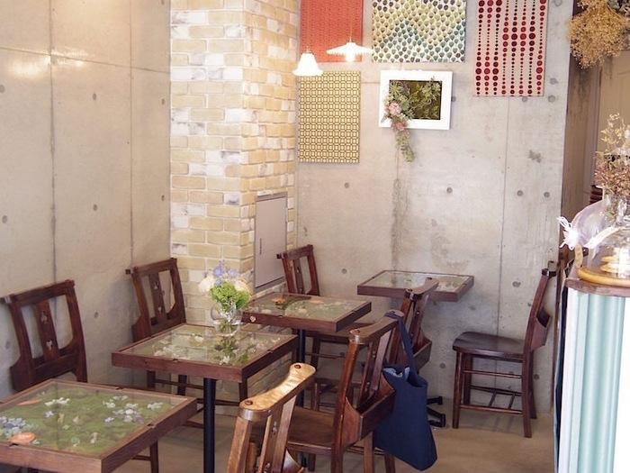 店内は小スペースながらもとっても可愛いカフェでとなっており、植物を感じながらお茶をすることができます。 お店のイメージにマッチしたインテリアも素敵です。