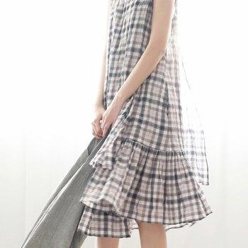 レトロなチェックとレイヤーになったスカート部分が可愛いワンピース。 夏だけでなく、秋にも活躍しそう。