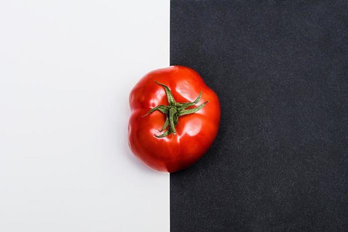 白は色が鮮やかに見え、お料理をより美味しそうに見せてくれます。野菜などの濃い色を乗せると、一層引き立ちますね。レフ板の役割をすることで写真映えも良くなり、SNSの投稿にも向いていますよ。また、シンプルな白のお皿は、和や洋どちらにも合わせやすく、どんなジャンルのお料理とも相性抜群です。