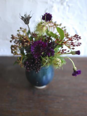 道端や庭先に咲いている可愛い花を、少し自宅で楽しみたくなるような素敵な花器。気軽に使えるデザインと色合いが魅力的です。