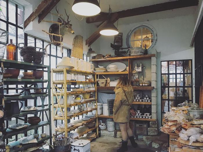 パン屋に併設された物販スペースには、所狭しとキッチン雑貨をはじめとするアイテムが並んでいます。 どこかヨーロッパの田舎にある雑貨屋さんのような雰囲気で、とても素敵な空間です。
