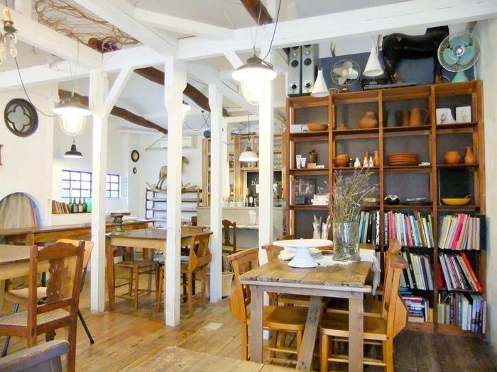 古い一軒家をリノベーションしたアンティークの雰囲気漂うお店「ラ・ヴィア・ラ・カンパーニュ」。 こちらは、1階がパンと雑貨&アパレルショップ、2階がカフェになっています。