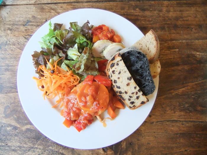 飲食スペースでは、モーニングタイム・ランチタイム・カフェタイム・ディナータイムと美味しい食事やスイーツも楽しめますよ。
