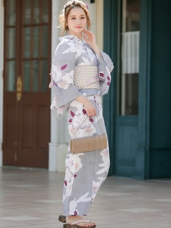 グレーの百合柄は大人の女性に似合いそう。ベージュの格子柄の帯でモダンさも出していますね。