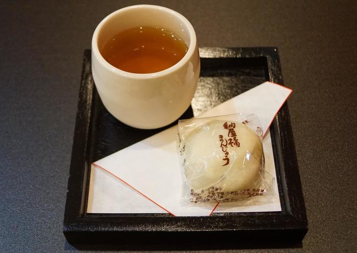 100年以上の歴史ある名古屋名物「納谷橋まんじゅう」。昔ながらの酒蒸しまんじゅう。甘さ控えめなこしあんと、ほのかに香る薄皮は、期待を裏切りません。長く愛されてきたのが実感できる美味しさです。