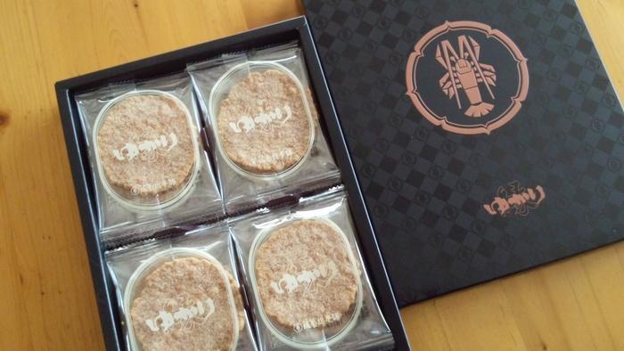 海老の風味と香ばしさが広がる海老せんべい「ゆかり」。名古屋の定番土産のひとつです。