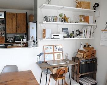 机周りがものであふれてしまうという方は、部屋の壁をうまく使うとより効率的に作業ができますよ。壁面に設置したウォールシェルフなどをうまく利用してみましょう!