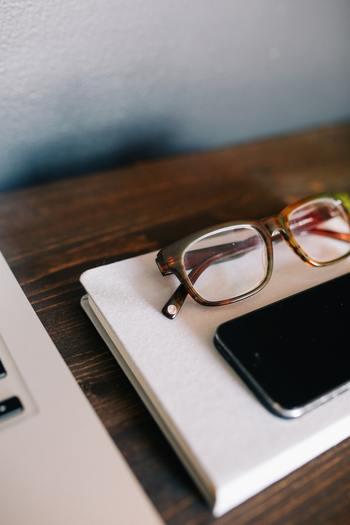 乾きが早い炭酸水は、メガネやスマホ画面などの小物拭きにも◎乾拭きでは落ちない汚れも、素早く簡単に綺麗になります。