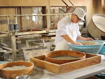 その国産の小麦粉、前日に作った蜜と上白糖を専用のミキサーで混ぜ合わせてできた生地をサイコロ状に切断し、それを丸めながら焼き上げます。
