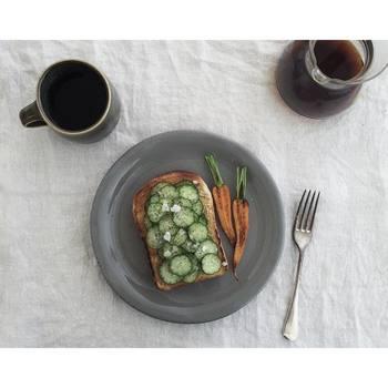 バターを塗った上にキュウリを並べて、塩胡椒とオリーブオイルで味付け。素材の味を楽しめる一枚です。