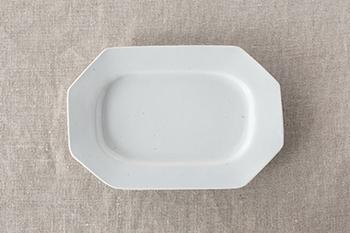 八角長皿は縁がしっかりと幅広で、中心に盛ったものが引き立つ形。くぼみが深めに出来ているので、汁気のあるおかずも大丈夫です。鍔型皿とコンビで使っても素敵ですね。