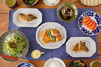 九谷焼の伝統を受け継ぐ「九谷青窯(くたにせいとう)」で作られる白磁は、普段使いの品でありながら上品さが感じられます。少しグレーがかった独特の白は温かみがあって、和食にも洋食にもぴったり。