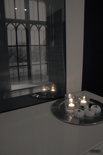 ■窓辺に置く キャンドルの灯りと、屋外を包む宵の闇とのコントラストで、炎の明るさや揺れ具合が引き立ちます。お部屋の中に幻想的な空間が生まれますよ。