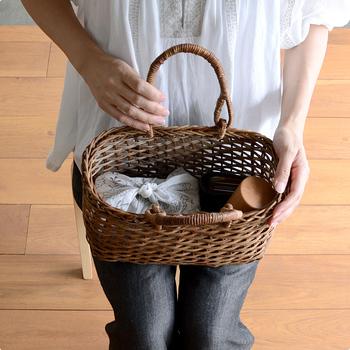 お弁当や水筒など、荷物がひとつにまとまるのもあけびのカゴバッグのいいところですね。いろいろ詰めて、さあお出かけしましょ♪