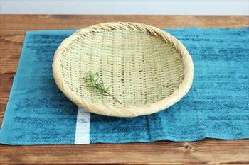 繊細で細い「すず竹(または篠竹とも呼ばれます)」を、丁寧にそろえて編んでいく。 江戸時代以降、農民の副収入としても作られていたそうです。