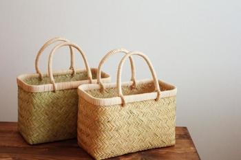 細い竹を丁寧に編込んだ市場かご。 しなやかで弾力性があり、手に馴染んでいくのも人気の秘密です。