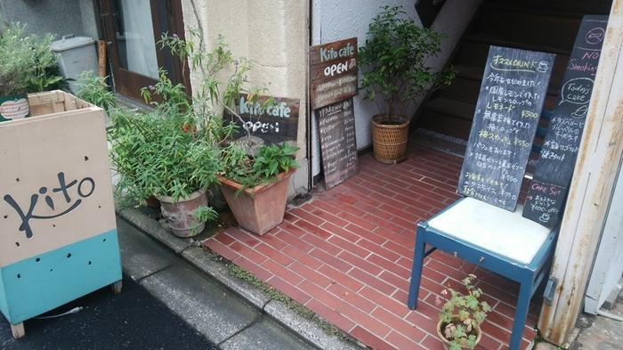 先ほどの『出町ろろろ』の隣にある『キトカフェ』は、「隠れ家」のような小さなカフェ。ひっそりとした入り口からは、木製の階段が見上げられます。  思わず「何のお店かな?」とのぞきこみたくなってしまいますね。