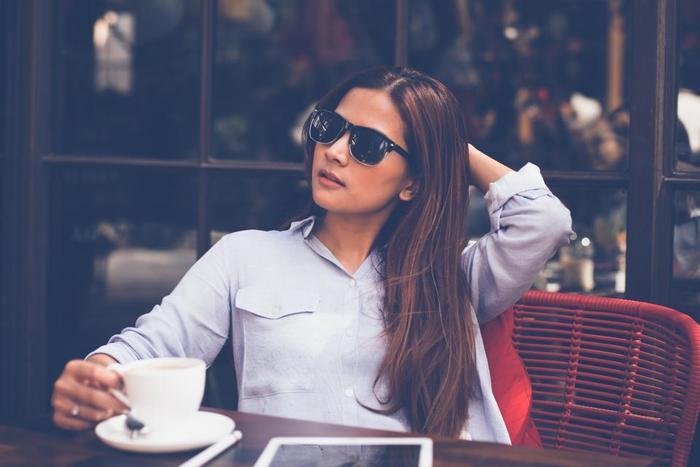 """ガイドブックに載っていたカフェ、行きたいけれど場所が分からない時は、道行く人にお目当てのお店の写真を見せて、こう尋ねましょう。  """"Excusez moi, savez-vous où se trouve ce café?"""" エクスキューゼ モア、サヴェヴ ウ ス トゥるーヴ ス カフェ? 「すみません、このカフェどこにあるか分かりますか?」  レストランの場合は最後のce caféをce restaurant(ス れストろン)に、駅の場合はcette gare(セットゥ ガー)に変えましょう。"""