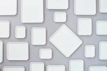 デザイン性のある有田焼を生み出す1616aritajapanが手掛ける白いうつわは、直線的なフォルムの四角いお皿です。