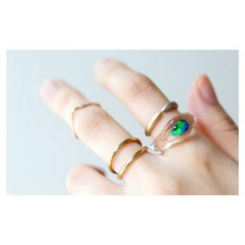 個性的なデザインの指輪を、シンプルなデザインと合わせて。ファランジリングと組み合わせれば、さらにオシャレ度がアップします*