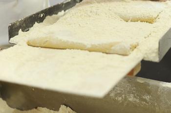 子供たちに対する思いや平和への願いが込められたハトマメは、創業当時のままの製法で作られており、まず前日の蜜づくりから始まります。そして生地作りは、輸入物の小麦粉ではうまく丸まらないので、福岡県筑後産の小麦粉を使用しています。