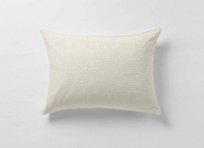 お気に入りの枕もカバーを替えるとさらに満足なおやすみタイムになります♪枕カバーもパジャマと同じように素材を意識してみましょう。こちらは柔らかなリネンコットンのダブルガーゼを使用。片側はリネンコットン、もう片側はコットン100%仕様なので、気分に合わせてふたつの肌触りを楽しめる嬉しさ2倍のカバーです。