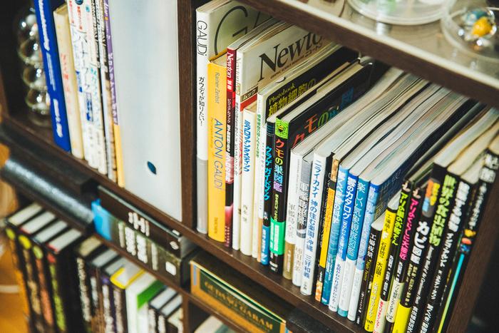本棚には、ガラス技法の本だけではなく、自然界の本や図鑑がずらり。岡本さんが沖縄に行くきっかけともなった『ニライカナイ 神の住む楽園・沖縄』も