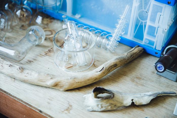 知人から譲り受けたという実験用のガラス器具。持ち主である岡本さんでも、本来の使い方は未知のものが多いそう