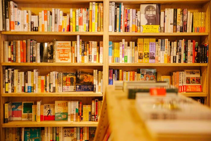 店内には、店主の堀部さんご自身が選び抜いた本がずらりと並びます。  目当ての本を探しに行くのも楽しいけれど、「どんな本が置いてあるのだろう?これは何だろう?」と新しい世界を探しに行ってみると、大きな収穫があるかもしれません。