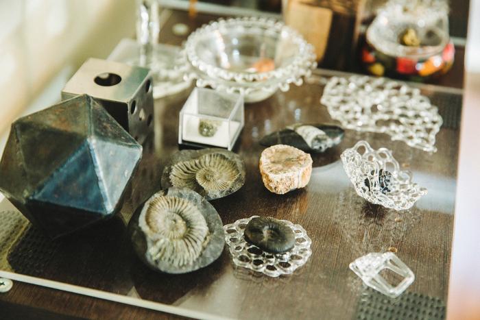 沖縄の工房から、誕生日プレゼントでもらったアンモナイトの化石。棚の上は、岡本さんが愛してやまない神秘的なもので埋め尽くされ、小さな宇宙が広がっているようでした