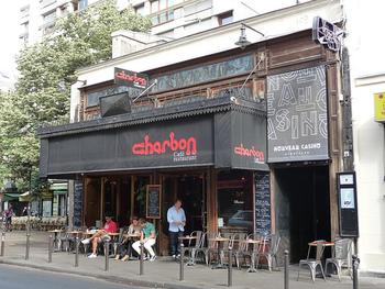 こちらは内装も素敵なCafé Charbonです。 お店の横の壁画が有名です。