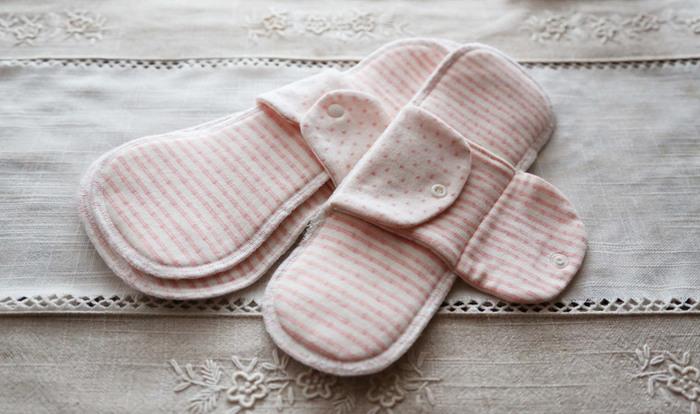 アンダーウェアにこだわったら、段々と自分の身体に目がいくようになりますね。 こちらは茜で染めた、やわらかな接結ニット生地で作った布ナプキン。  身体をふんわりとあたためてくれる布ナプキンは、一度使ったら手放せなくなります。