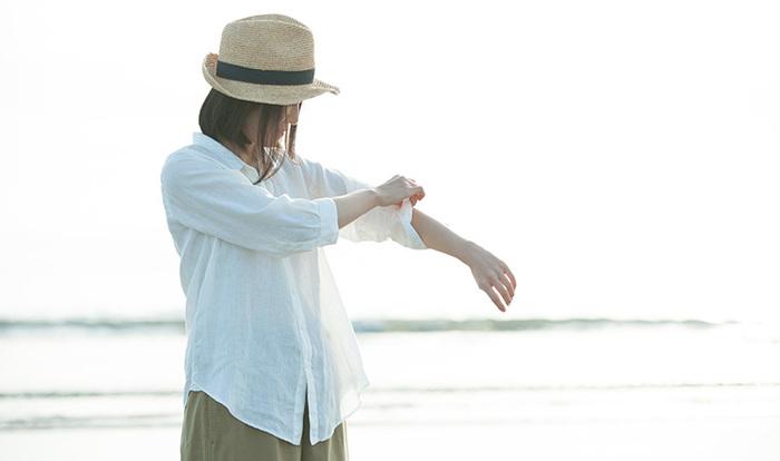 フランダースリネンで作られた「水のいろのリネンシャツ」。 ネーミングも涼しげなシャツは、汗ばんでも、洗っても、すぐに乾くとのこと。 夏の暑い一日、オンにもオフにも大活躍しそうです。