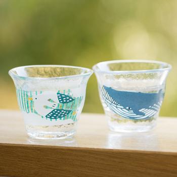 手のなかにすっぽりおさまるサイズと、夏にぴったりの型染めがかわいい「katakata(カタカタ)」のちょい飲みグラス。
