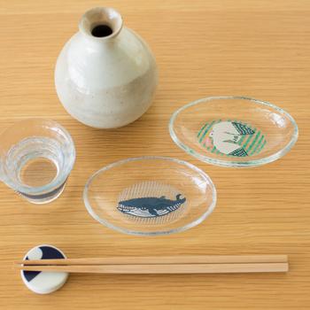 伝統の「江戸硝子」は、ひとつひとつが手づくりの一点モノ。おそろいの小皿と一緒にテーブルに並べたいですね。