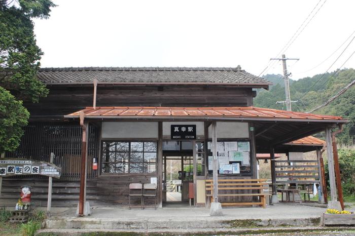 肥薩線沿線でただ一つの宮崎県内に位置する真幸駅は、1911年に開業された無人駅です。山間部にぽつんと佇む古い駅舎は、旅人を温かく迎え入れてくれます。