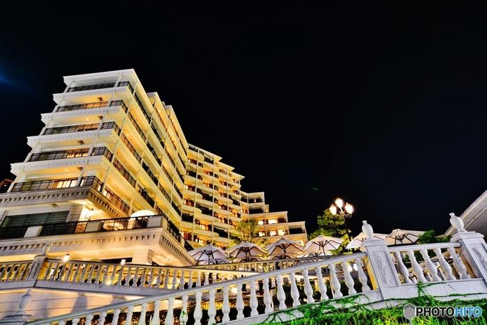 ひと際目を引く白亜の豪華な外観。神戸の港を一望できる場所に位置している高級ホテルです。地中海リゾートをイメージしたヨーロピアンスタイルが素敵。