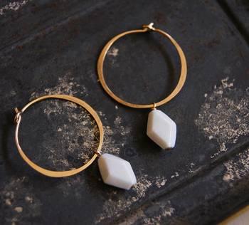 こちらもオーダー品で、陶磁器のイヤリングです。天然石とはちょっと違った、陶磁器ならではのまろやかさややわらかさが感じられますね。