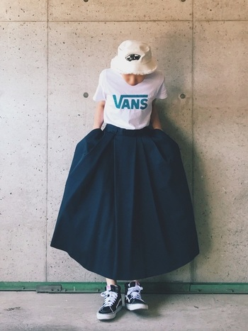 爽やかな白のロゴTシャツ。普通に着ると子どもっぽく見えてしまうことがありますが、スカートにインすることで、女っぽさを感じさせます。