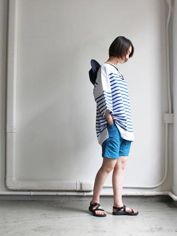ハーフパンツをおしゃれに着こなすなら、ビッグサイズのトップスと合わせてみましょう。トップスはゆったり、足元はすっきりのバランスで、今年らしい着こなしになりますよ。