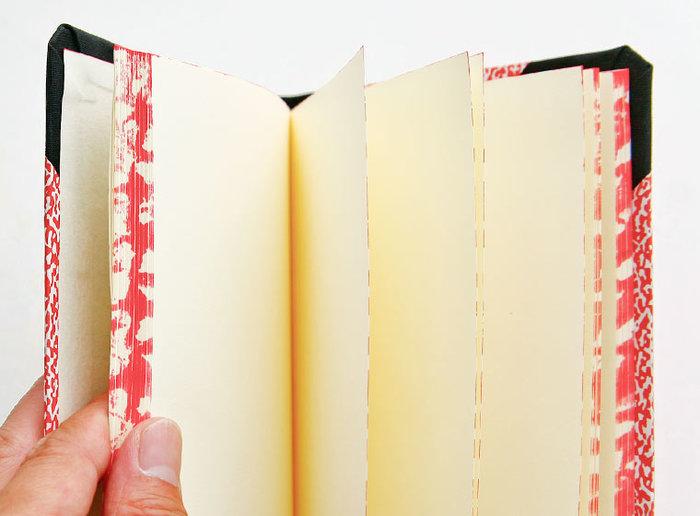 表紙だけでなく、小口部分にも施されたマーブル模様がブランドシンボルともいうべき特徴。ハンドスポンジという特殊なプリント技法で、丁寧に仕上げられています。