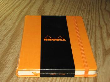 愛用者の間では「Webbie」と呼ばれて親しまれているハードカバーのノート。万年筆で書いても裏写りしにくいと評判です。表紙はブラック・オレンジ・グレーの3色で、中は横罫線とドットの2種類があります。