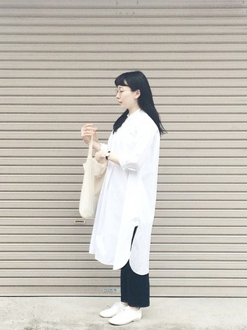現在のボブスタイルになるまでは、ロングヘアーだったkikoさん。ダウンスタイルに金子眼鏡のメガネをかけて。同じくYAECAのシャツワンピースとパンツのコーデも、合わせる小物を白色でまとめれば一気に爽やかな雰囲気に。